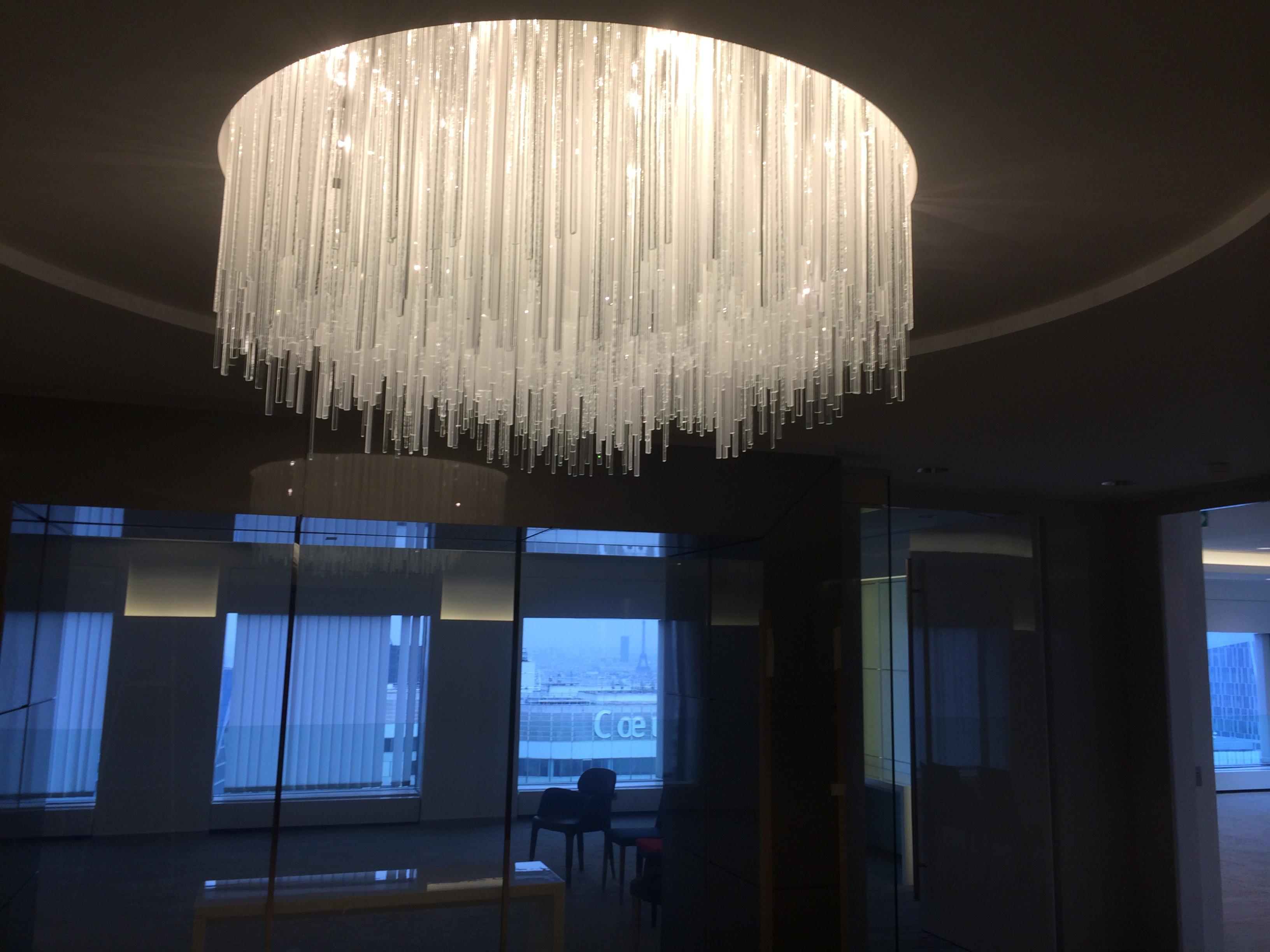 Lustres et luminaires fabriqués à partir de verre recyclé transparent