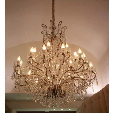 Superbe lustre à 24 lumières.  Spécialement conçu pour les pièces vastes, salles de restaurants, hôtels...